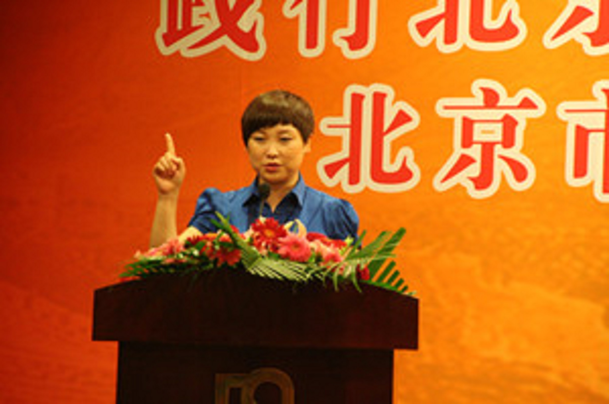 SPAR Beijing staff awards the first prize for her return and refund service themed speech